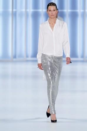 Weiß und glänzendes Sibergrau bei HUGO für die Sommermode 2012