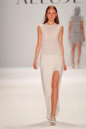 langes Kleid von Allude auf der Fashion Week Berlin Juli 2011