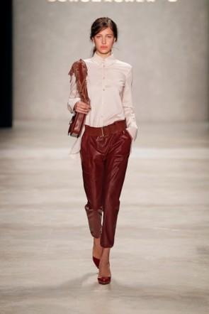 Dotothee Schumacher - rote Hose mit weißer Bluse - Fashion Week Berlin 2012