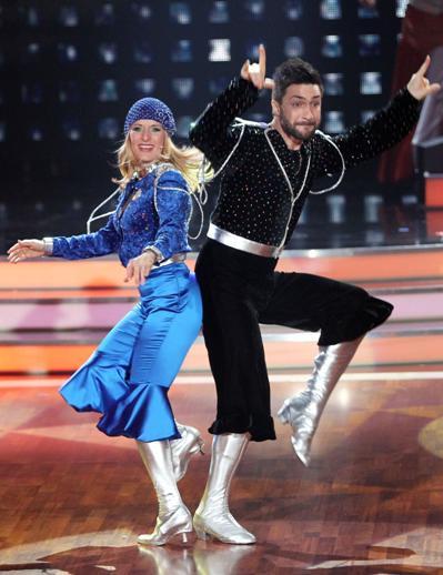 Stefanie Hertel bei Lets dance 2012 im ABBA-Kostüm mit Sergiy Plyuta - Foto: (c) RTL / Stefan Gregorowius